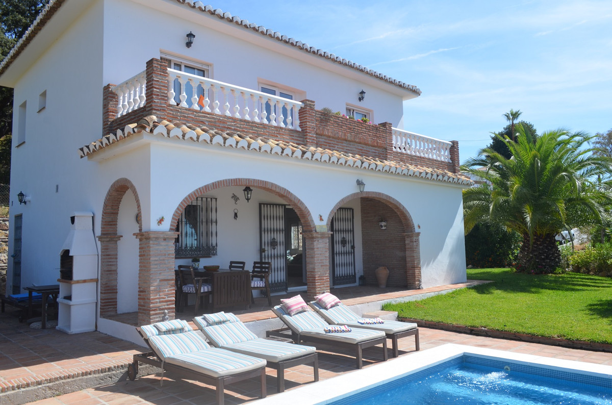 Welcome to peace and tranquility. beautifully presented elevated villa located 5-7 minutes from the  Spain