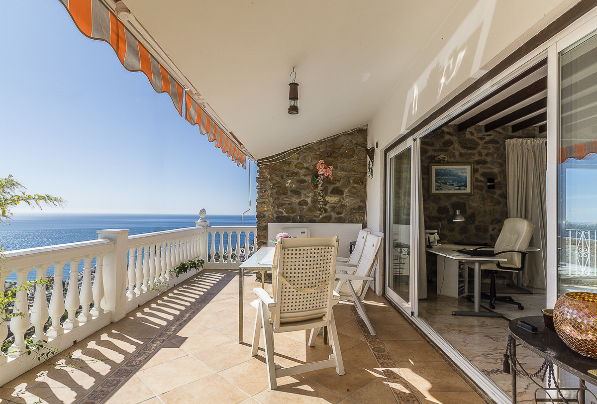 Beautiful 372m2 villa with private pool, terraces and garden, on a 2000m2 plot. Located at 2 km from,Spain