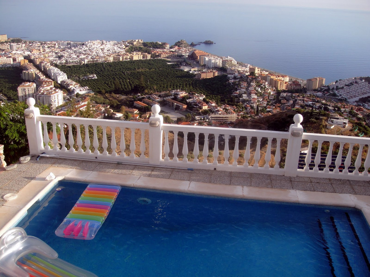 Beautiful villa located at 3km from the centre  of Almunecar and the beach, in Rancho Rio Verde . Fa,Spain