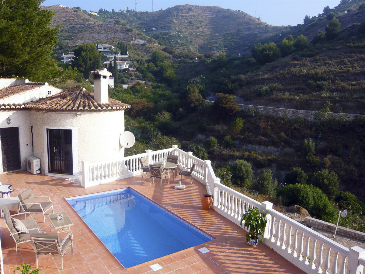 Villa with private pool, located in a quiet area at 3 km from center town and at 800m from the beach, Spain