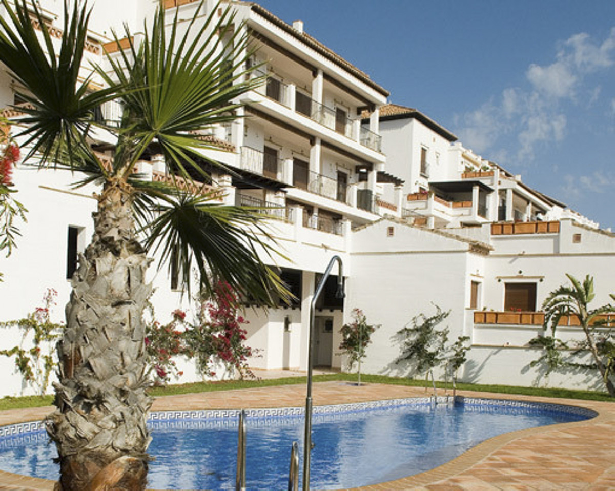 In a new close complexe with shared pool –  A 60m2 apartment, at the 3rd level . Located at 600m of , Spain