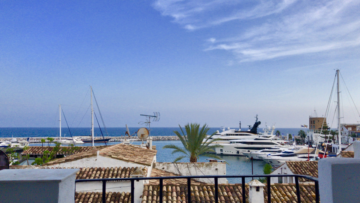Middle Floor Apartment, Puerto Banus, Costa del Sol. 2 Bedrooms, 2 Bathrooms, Built 102 m², Terrace , Spain