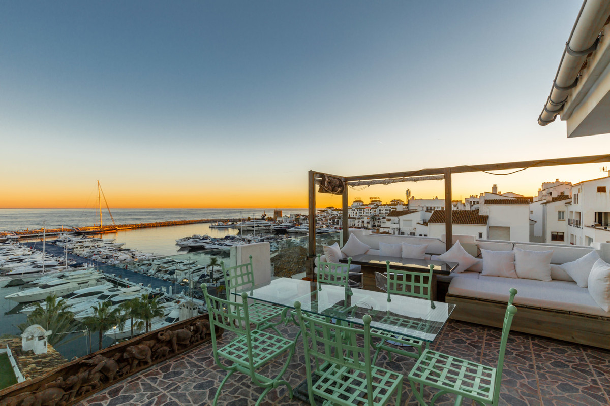 PENTHOUSE WITH PANORAMIC SEA VIEWS TO THE MARINA & THE YATS. Spacious property located in La Mar, Spain