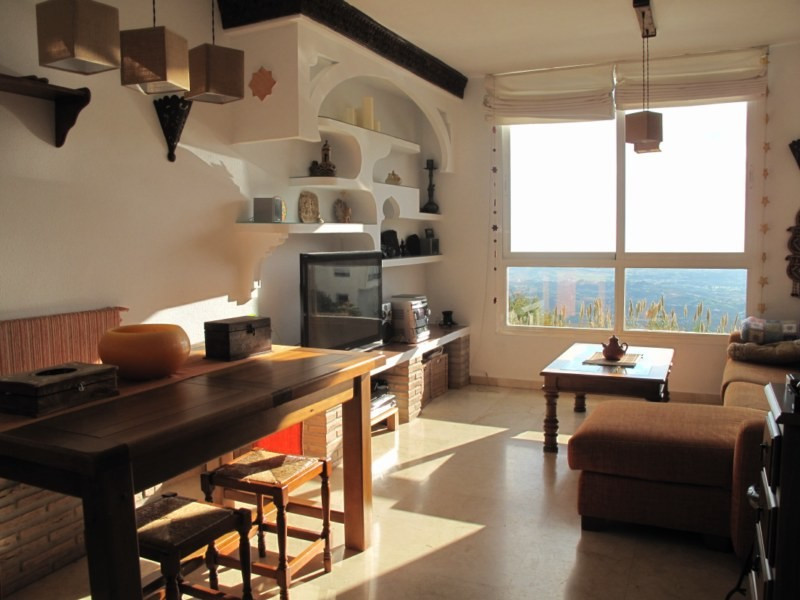 SPACIOUS APARTMENT WITH FABULOUS SEA VIEWS  Excellently located within only a few minutes' walk, Spain