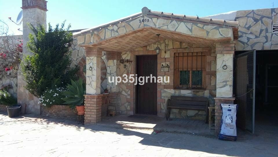 Country house located in Estepona in an unbeatable location. The house has 3 bedrooms, 2 bathrooms, ,Spain