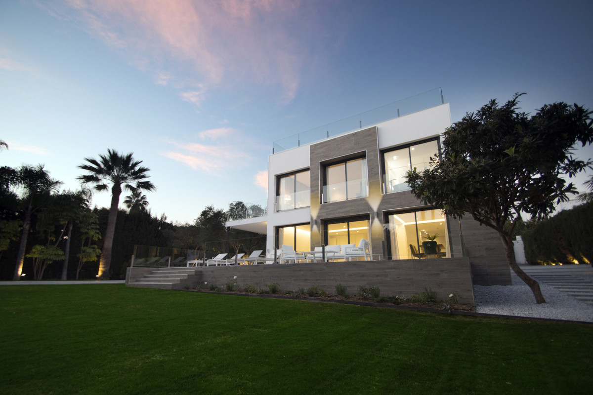 Wonderful modern villa with four bedrooms and four bathrooms plus a toilet located in one of the mos, Spain
