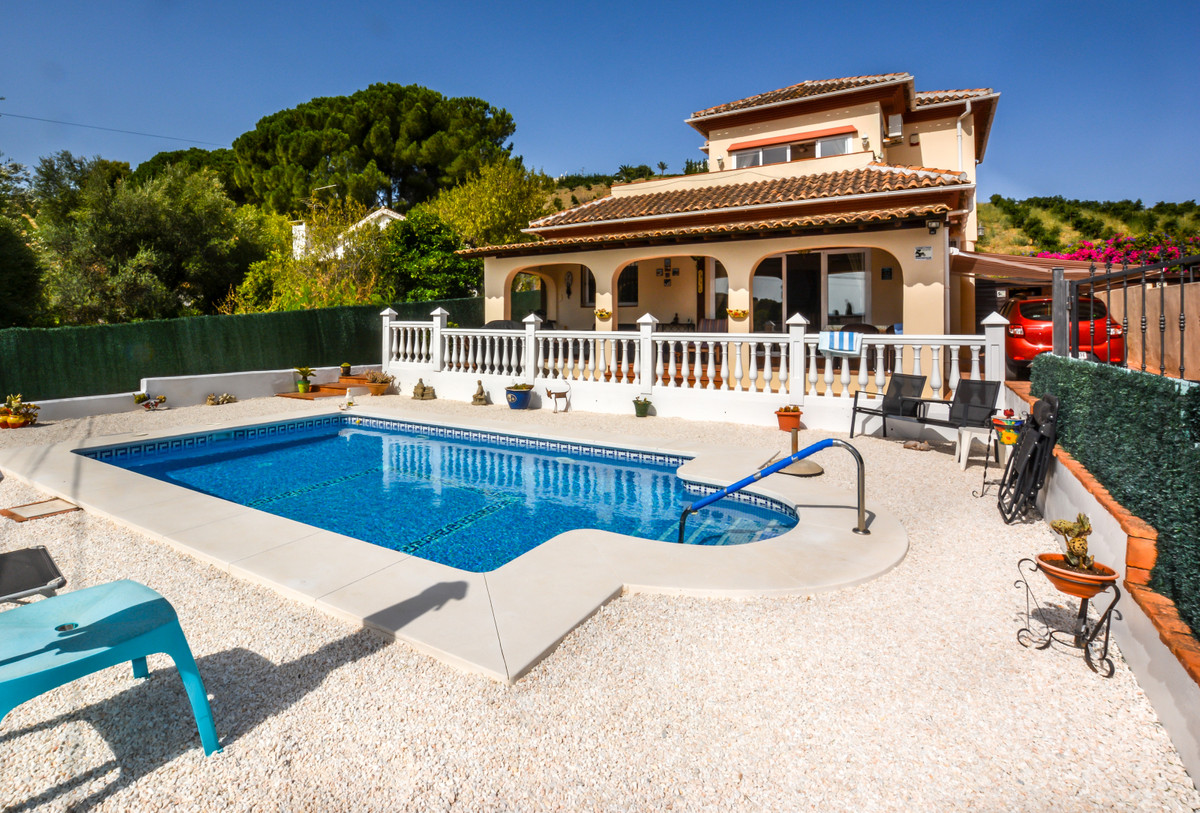 Detached villa located in the popular urbanization of Miralmonte. A well-constructed property that h,Spain