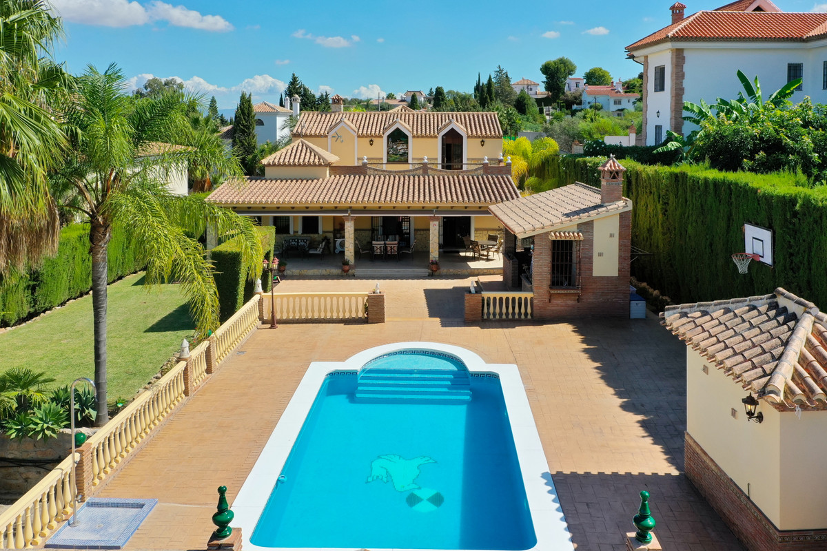 A rare opportunity to purchase an amazing five bedroom detached villa set in one of Alhaurin El Gran,Spain