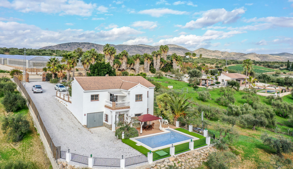 A substantial 4-bedroom Finca, set on the fringe of a bustling pueblo (Alhaurin El Grande). The prop, Spain