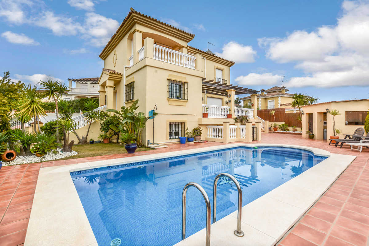 Spacious detached villa presented in great condition located on the out skirt of Coin. Set within a , Spain
