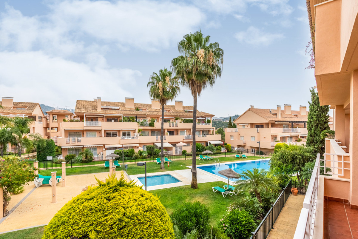 A well-presented middle floor apartment located in popular urbanisation in Elviria, walking distance,Spain