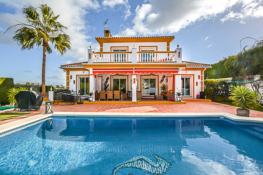 Stunning detached villa presented in great condition located on the out skirt of Coin. Set within a , Spain