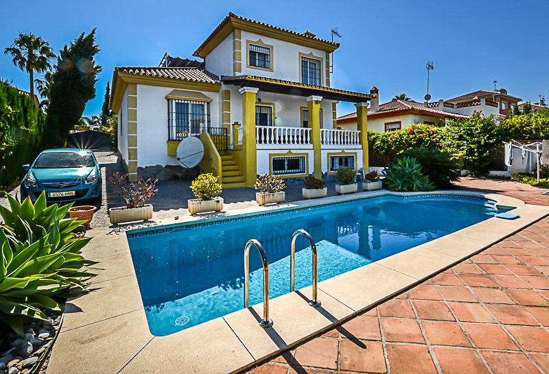 Detached Villa on popular urbanisation on the outskirts of Coin, close to transport with beautiful w,Spain