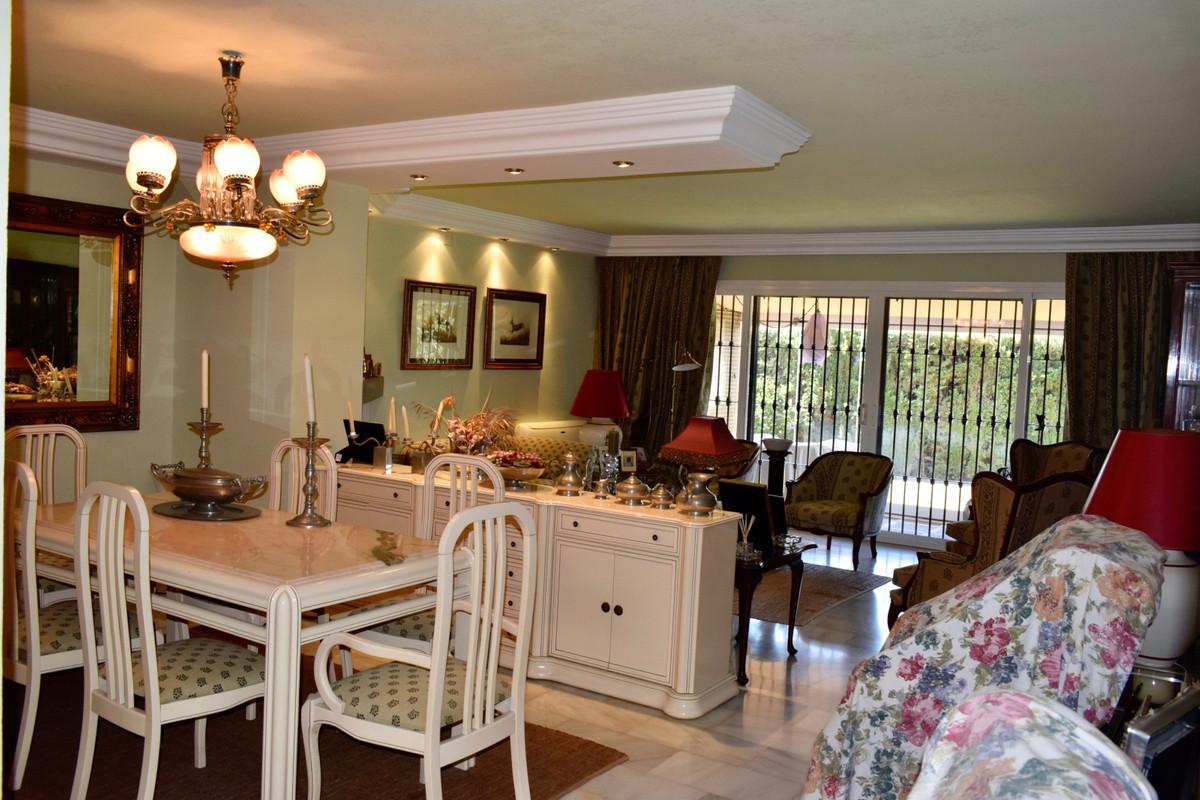 Villa en Venta en Elviria – R3453994