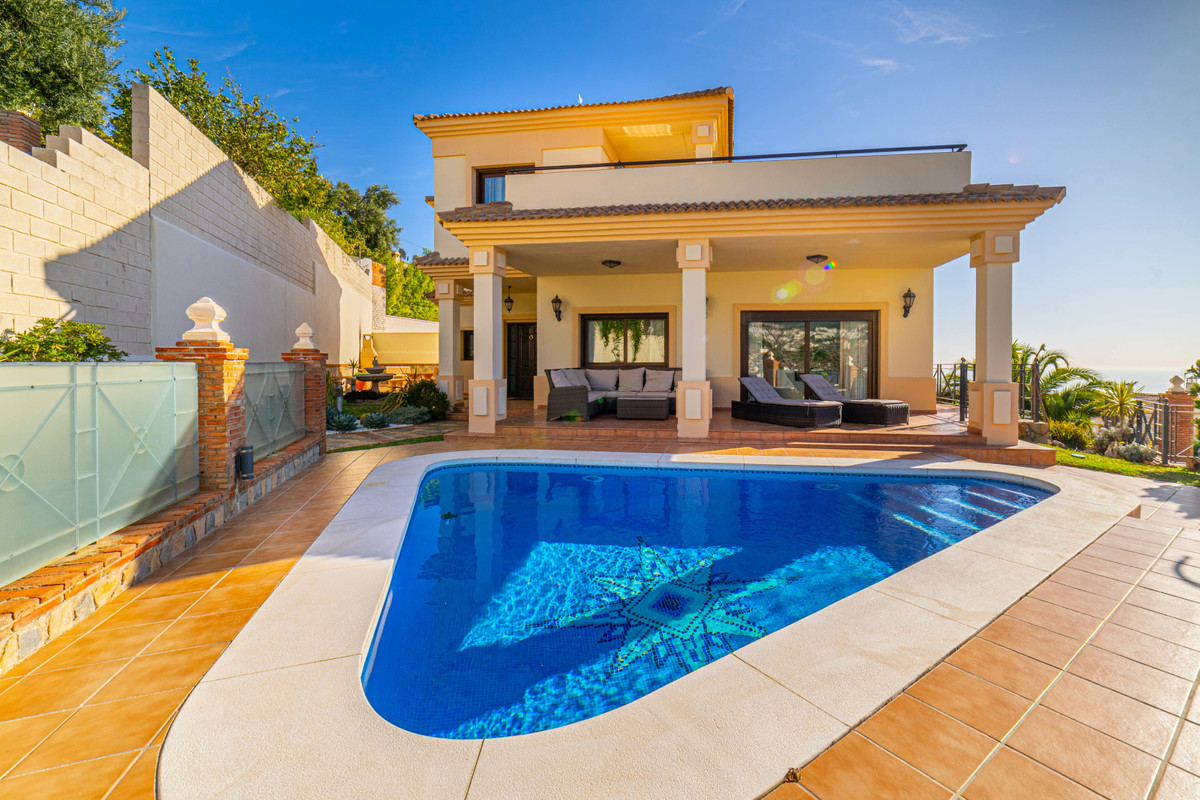 Wonderful and modern villa designed by an architect and completed in 2004 in Arroyo de la Miel, near,Spain