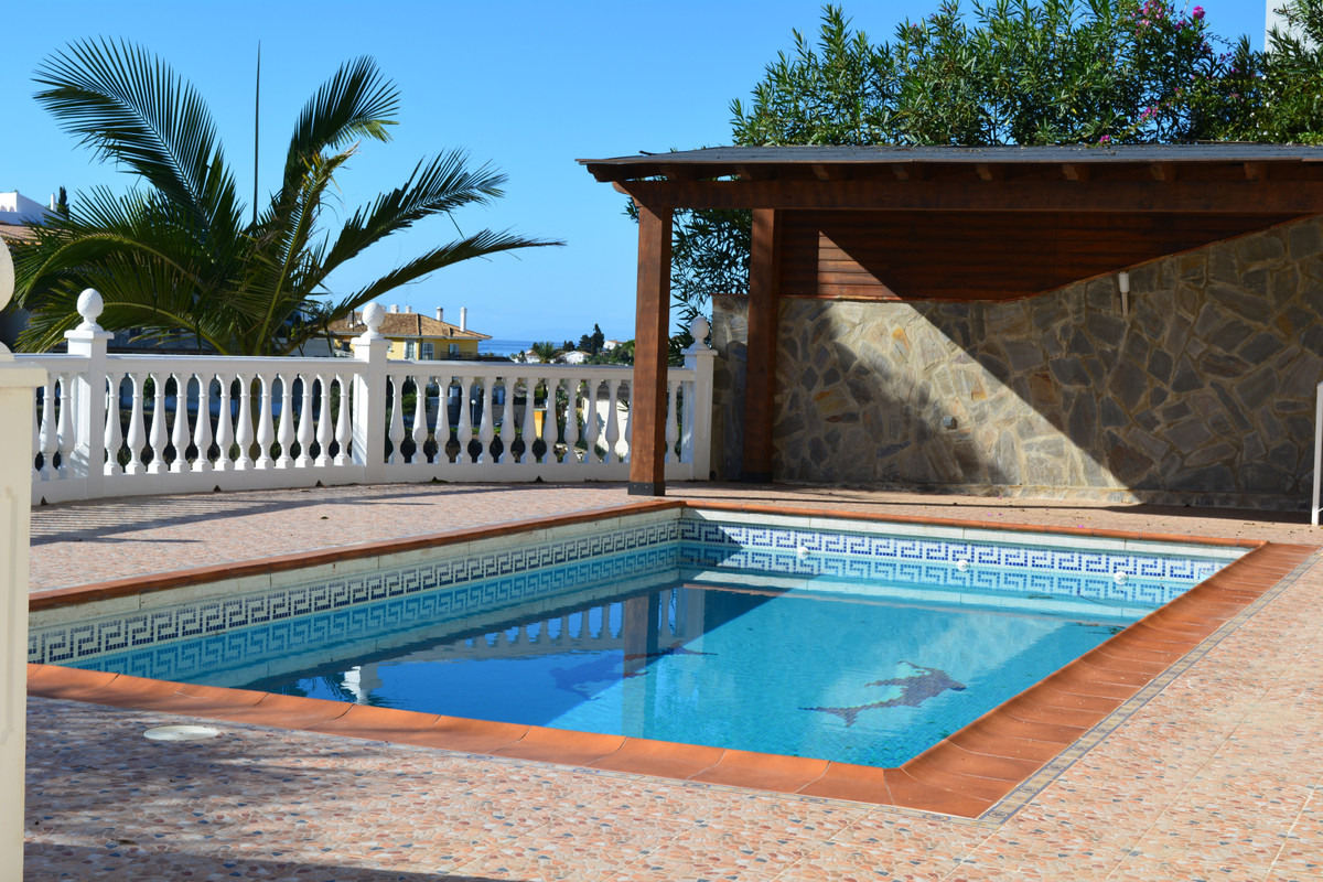 Lovely villa  3 beds / 3 baths situated in a prestigious area of  Riviera del Sol, with private pool,Spain