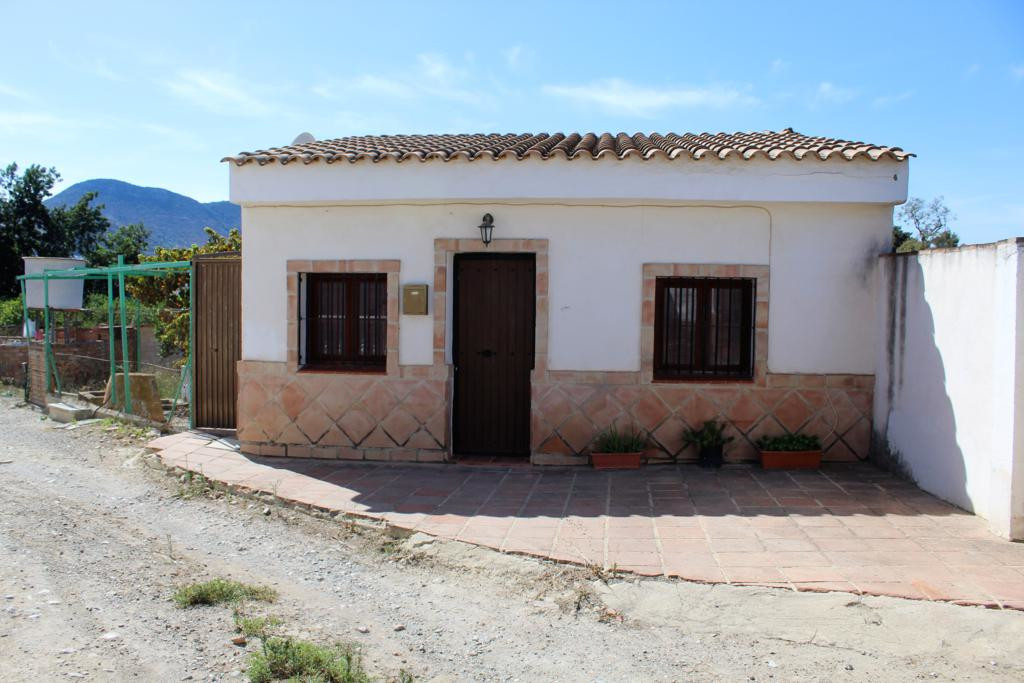 Opportunity! Small house of 2 bedrooms, bathroom, living room, kitchen and storage on a plot of 670 , Spain
