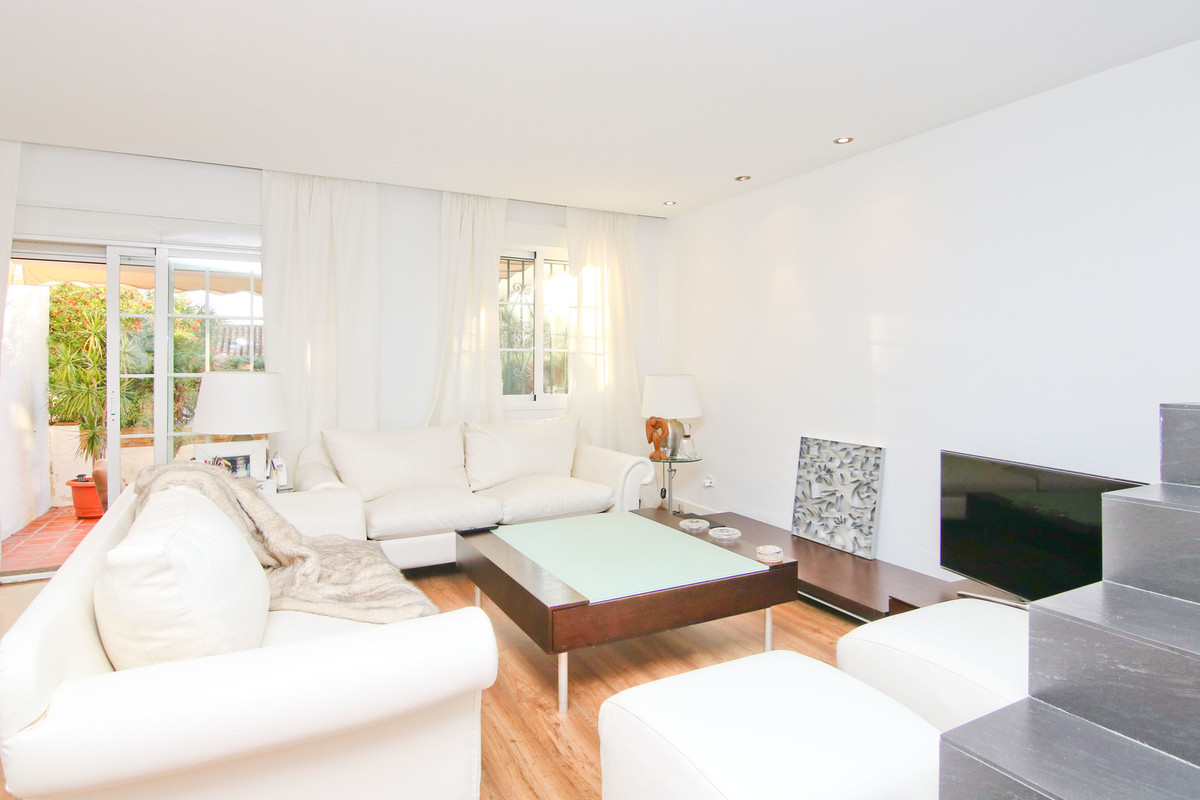Beautiful terraced house with 4 bedrooms renovated Nordic style, modern and functional, near urbaniz,Spain