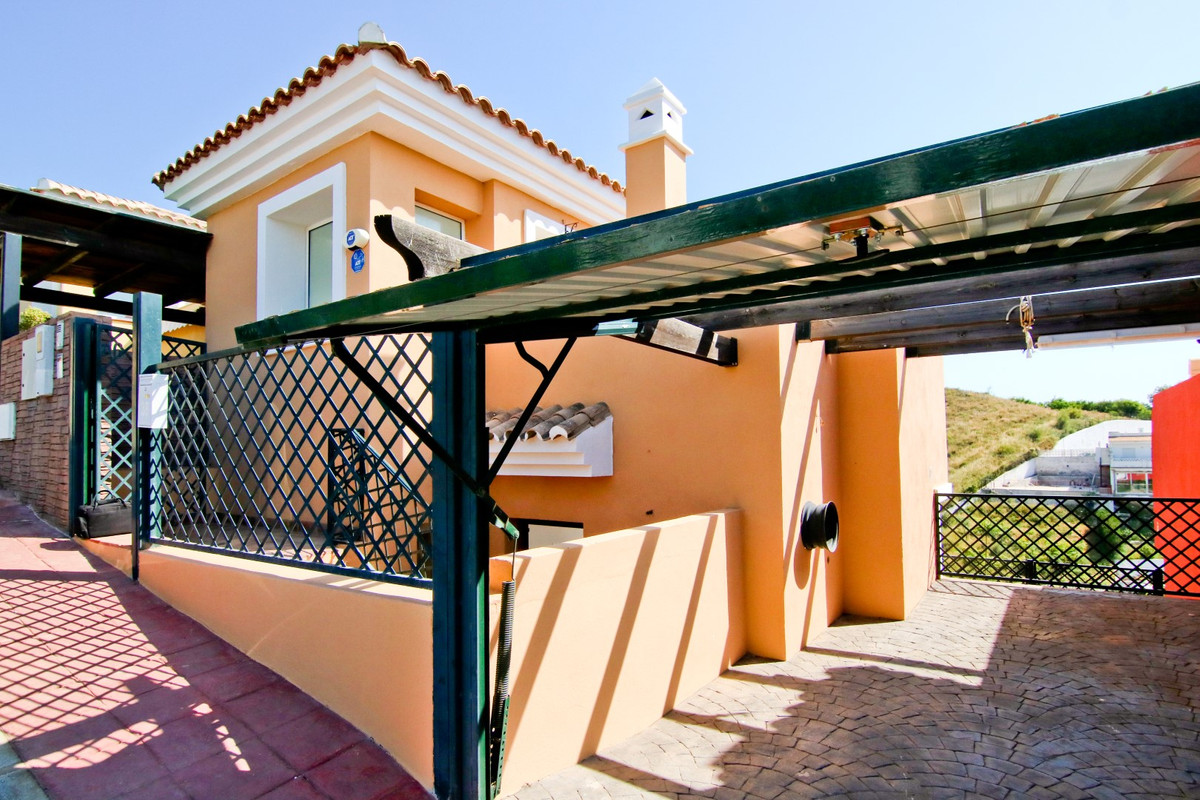 Semi-detached Villa with 3 bedrooms in excellent condition with 3 floors. On the first floor we have,Spain