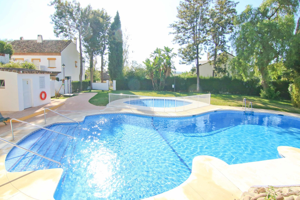 Beautiful townhouse with 4 bedrooms (3 on the middle floor + loft) in gated community with video sur, Spain