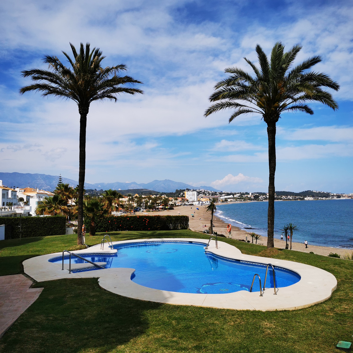 A rare opportunity to purchase an absolute frontline beach apartment located just less than 100 metr, Spain