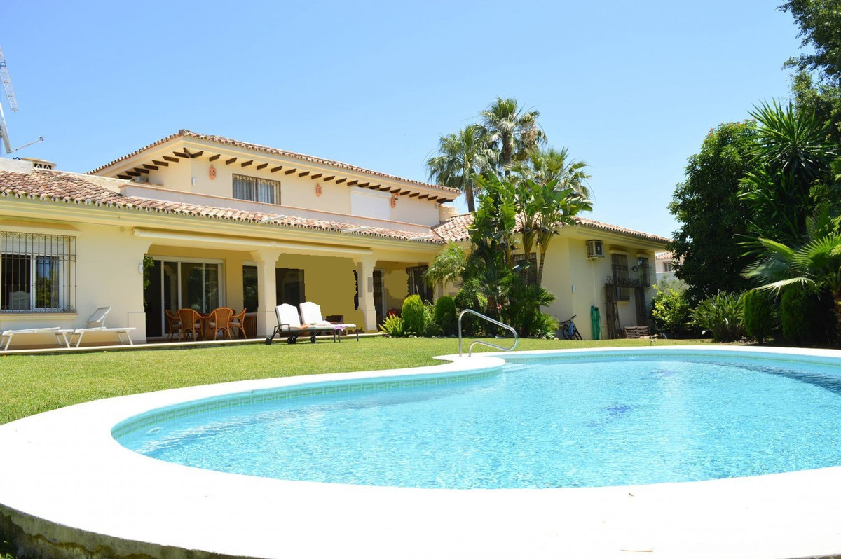 Beautiful villa in the heart of Nueva Andalucia, in a luxurious and beautiful setting, with spectacuSpain