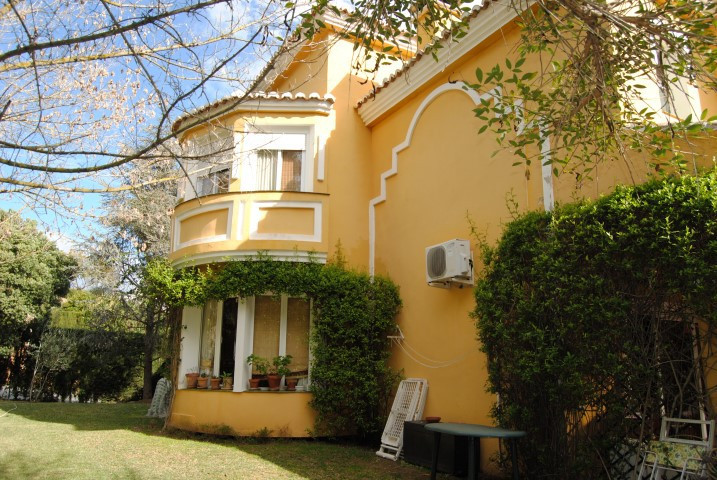 Very nice corner townhouse of 2 floors in a lovely quiet residential area of Calahonda. Composed of ,Spain