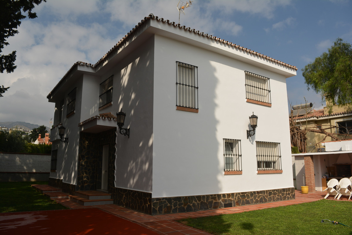 Exceptional independent house with two floors, large garden surrounding the entire property, barbecu,Spain