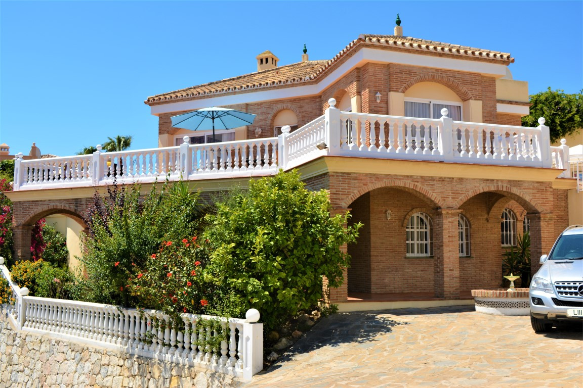 (058) A lovely 4 bedroom detached villa with large private swimming pool located in a quiet but well, Spain