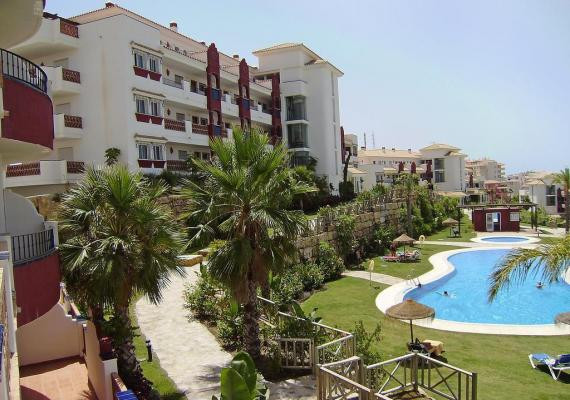 This is a 2 bedroom 2 bathroom corner apartment located in the popular golf community of Island of R,Spain