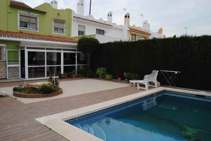 For sale; Nice house of 240m2 with garden of 120m2. Next to the golf course La Quinta, in Nueva Anda,Spain