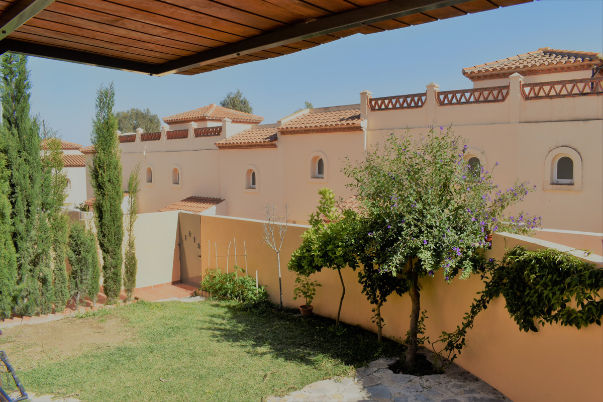 This is a fabulous 3 bedroom 3 bathroom corner townhouse located in the attractive Community of La C,Spain