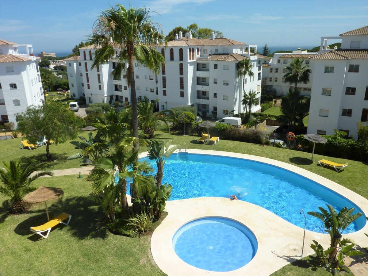 BEAUTIFUL TOP FLOOR APARTMENT WITH SEA VIEWS IN LOWER CALAHONDA.  Located in the lower part of Calah, Spain