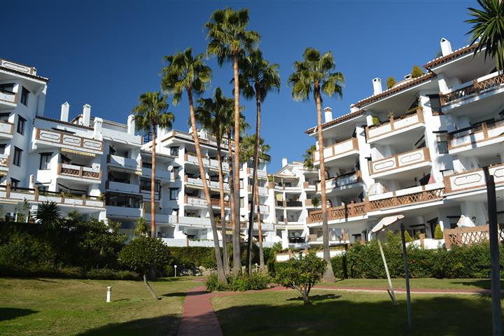 Two bedroom two bathroom east facing apartment situated in the very popular Calahonda Park complex, only a short stroll away from the beach and all the amenities of Calahonda including transport links and shopping centre.  This apartment has a large terrace with views to the pool and gardens. The complex has two communal pools in the beautiful tropical gardens, secure gated carpark.