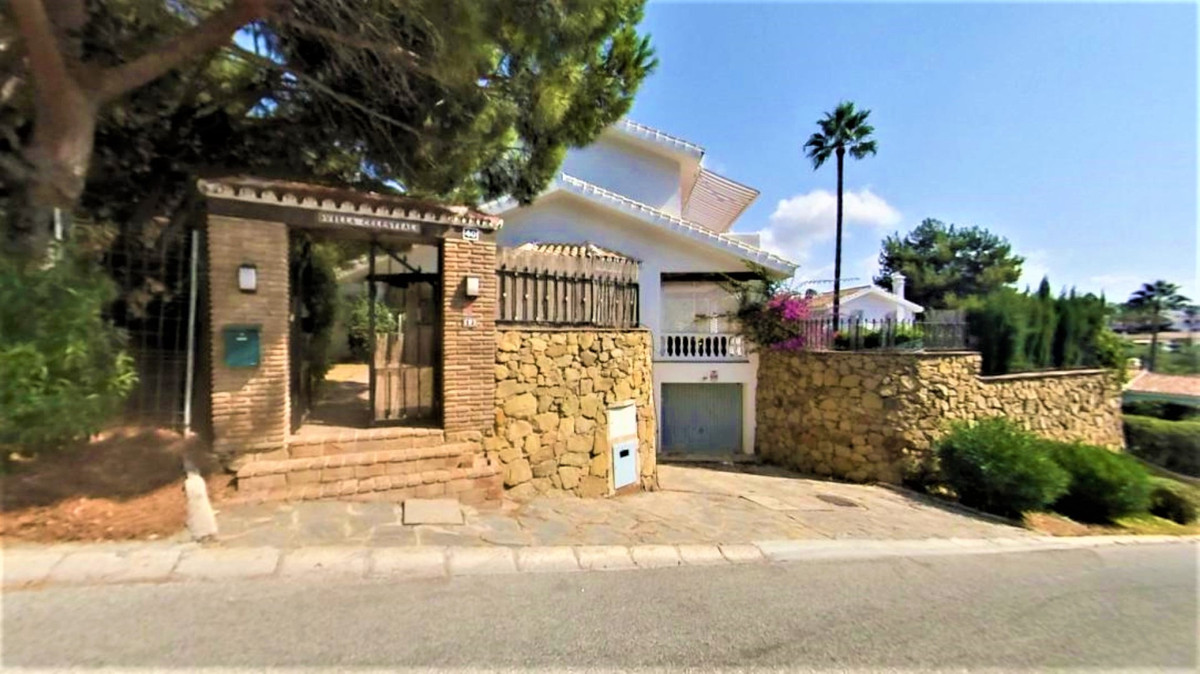 (061) Beautiful 3 bedroom, 2 bathroom detached villa with private swimming pool and an attractive, e, Spain