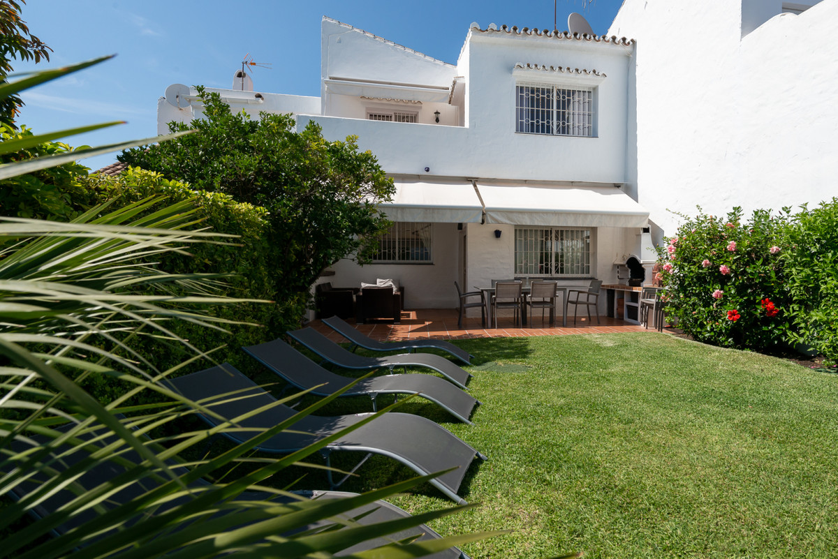 Unique opportunity to acquire this stunning 3 bedroom and 2 bathroom townhouse in popular Aloha Sur , Spain