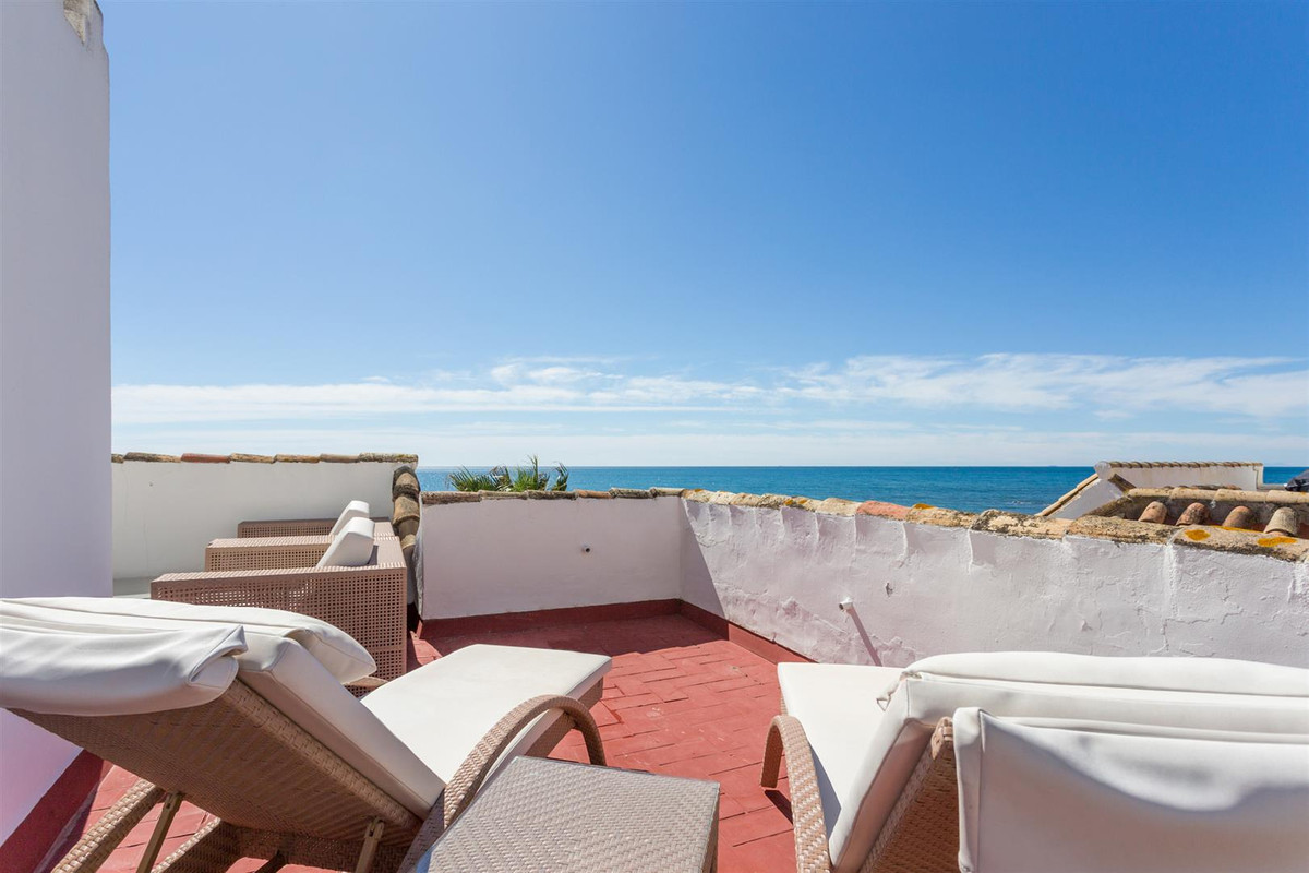 Who has not dreamed of living right on the beach? Playa Lucera in Calahonda is beautifully located a,Spain