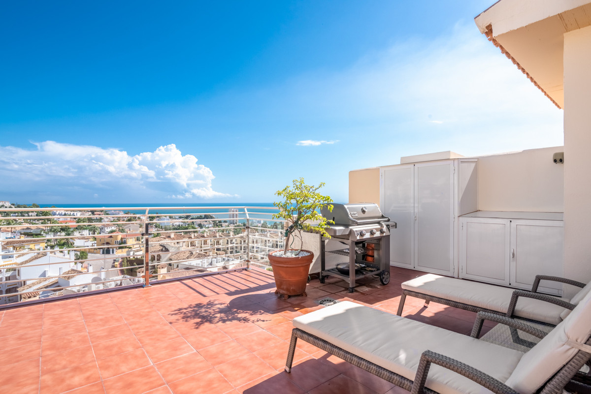 This is a fantastic and bright penthouse located in the lower part of Riviera del Sol! This wonderfu,Spain