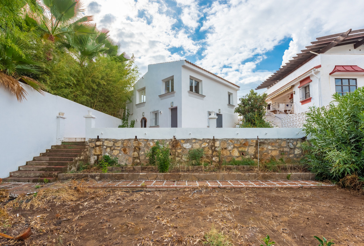Newly renovated and affordable villa in a nice area with 3 bedrooms, 2 bathrooms, large terrace to s, Spain