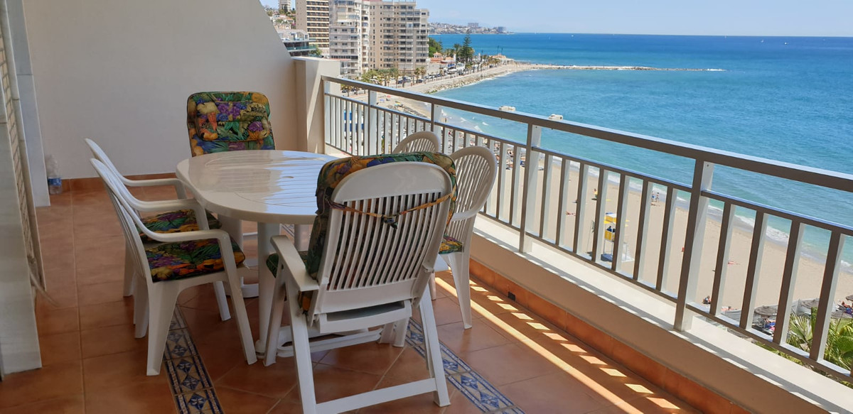 Fantastic front line beach apartment located in area of Torreblanca beach, Fuengirola! This property, Spain