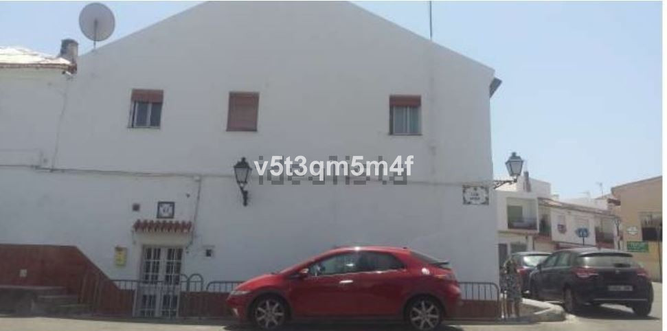 Spacious 160 m2 pairing very well located that needs restoration but at a very good price. Great for, Spain