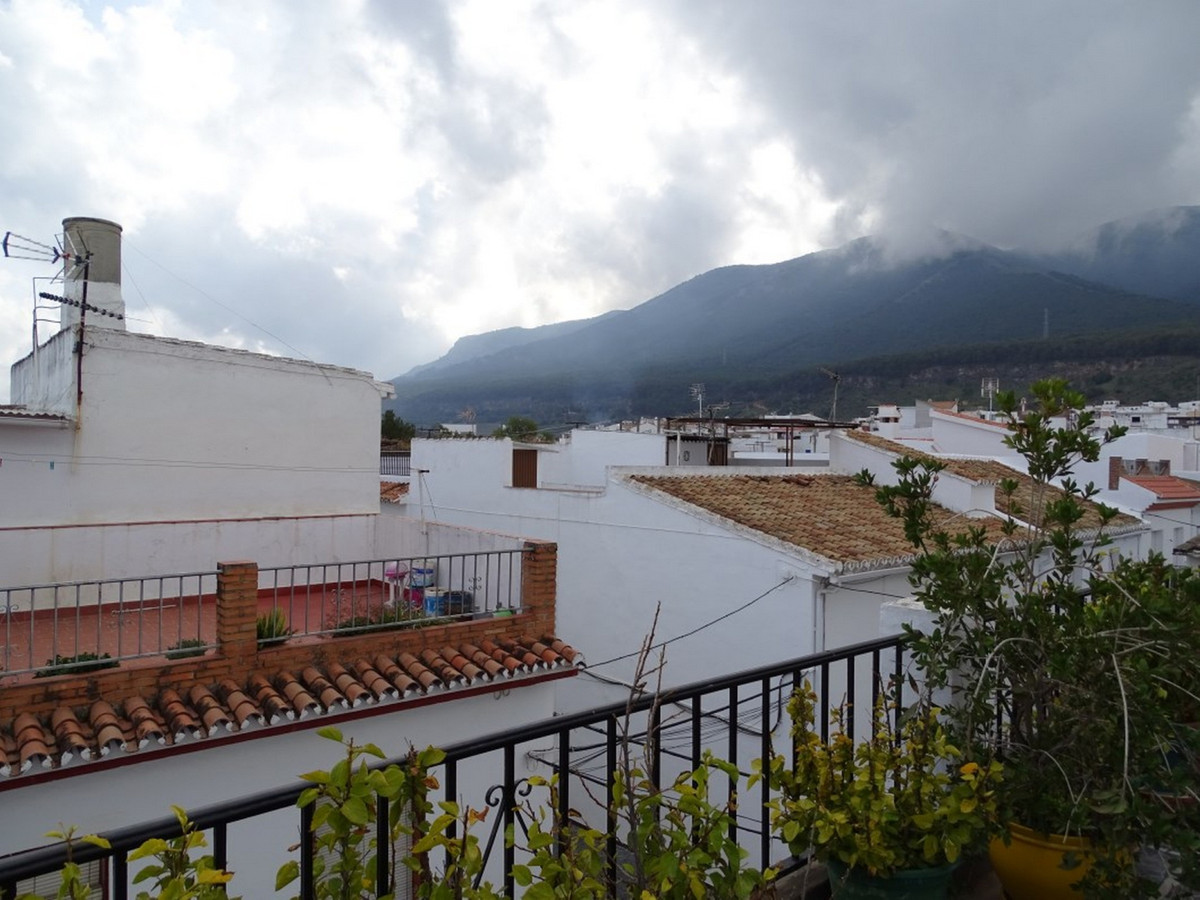Townhouse in good situation, close to school, center of the town, shops ... easy access to the highw,Spain