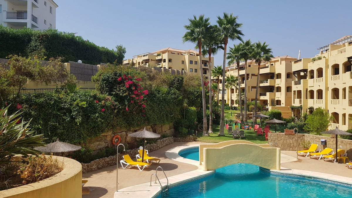 Lovely 2 Bedroom, 2 Bathroom apartment in the Los Mijares complex. Perfectly located in between Torr,Spain