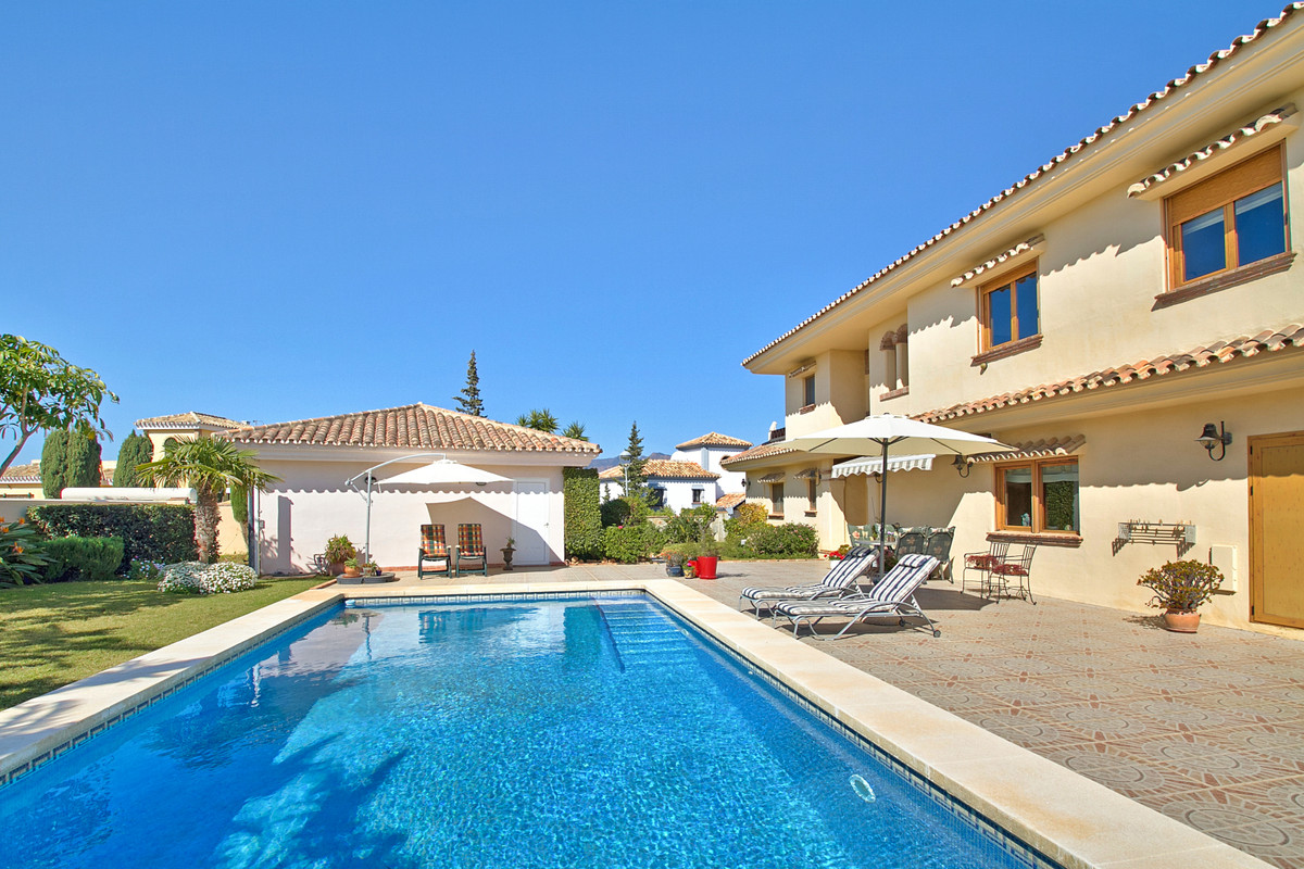 Beautiful villa located in Mijas Golf on a corner of 1050m2 on one level. Around the house is a love,Spain