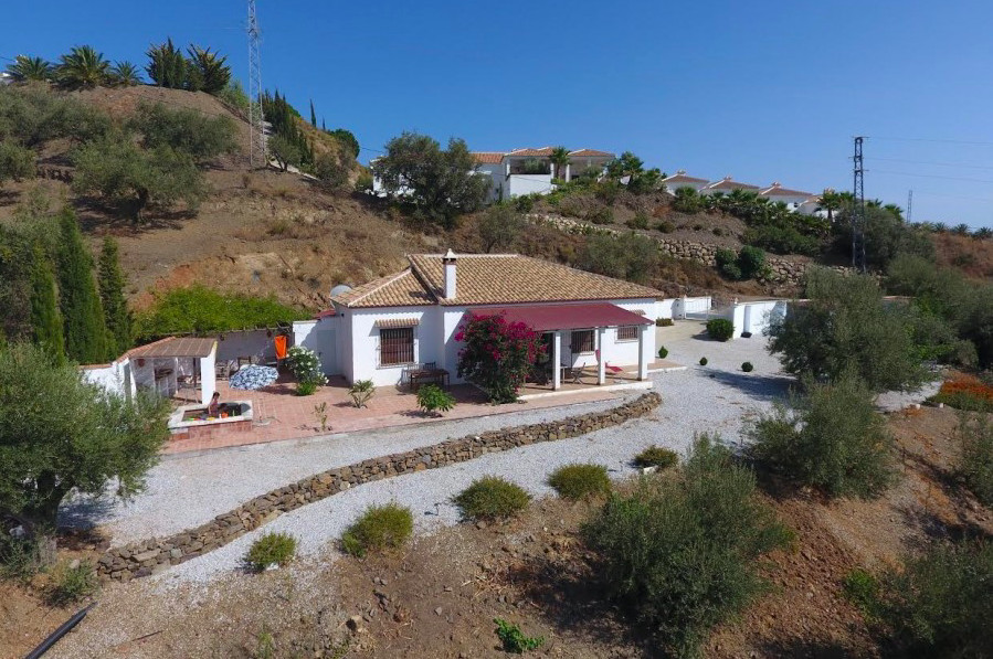 Fantastic villa in Arenas with a plot of 1600 m2. It consists of a large living-room with fireplace,,Spain