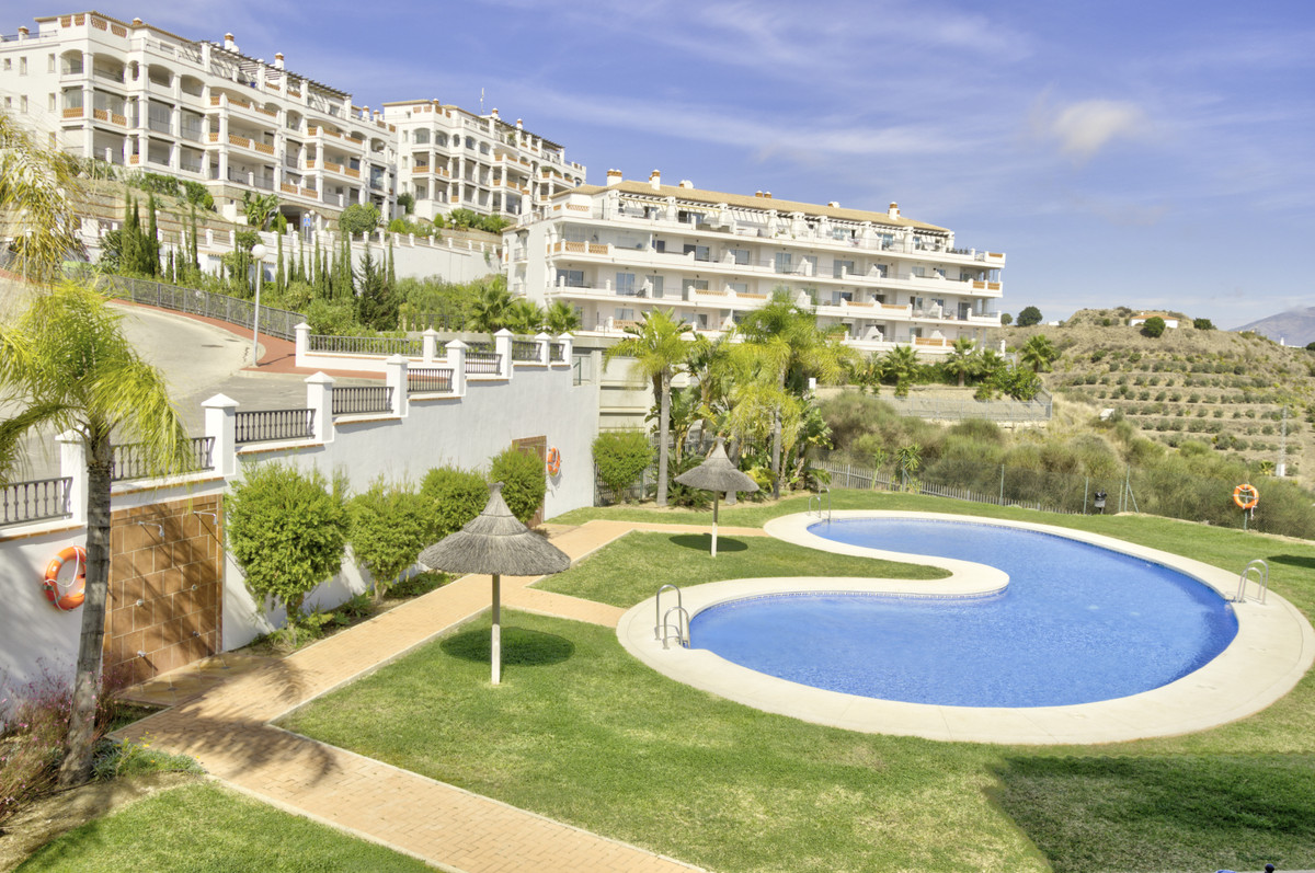 Fantastic 2 bedroom and 2 bathroom apartment located in upper Calahonda on the sought after Mijas Co, Spain