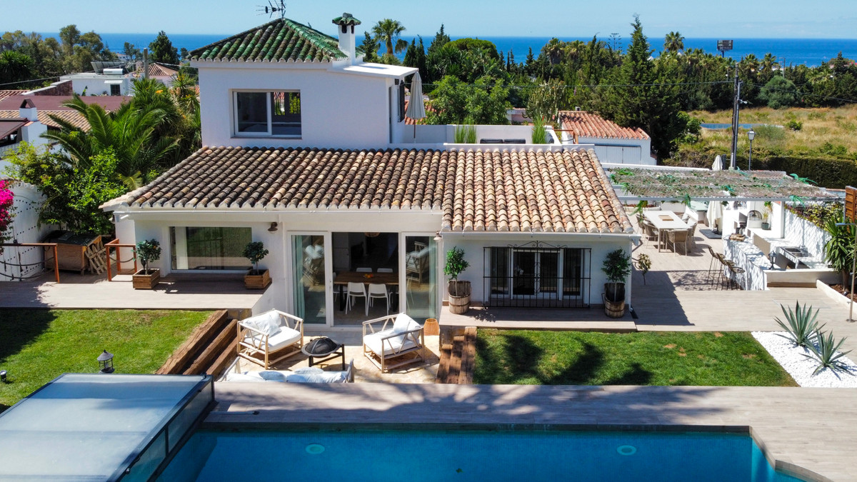**NO VIEWINGS UNTIL THE 27TH SEPTEMBER 2021**  Beautiful detached luxury villa located in the centre,Spain
