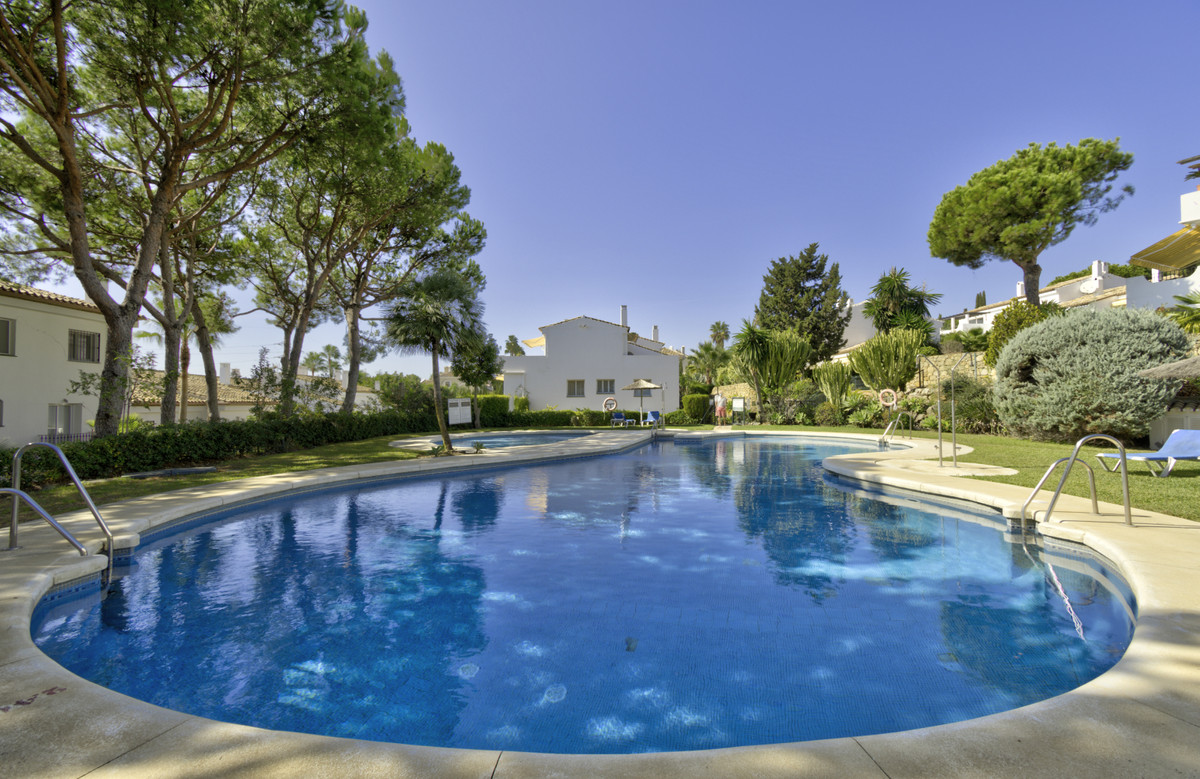 Fabulous south facing garden apartment located within a sought after community in El Paraiso on Este,Spain