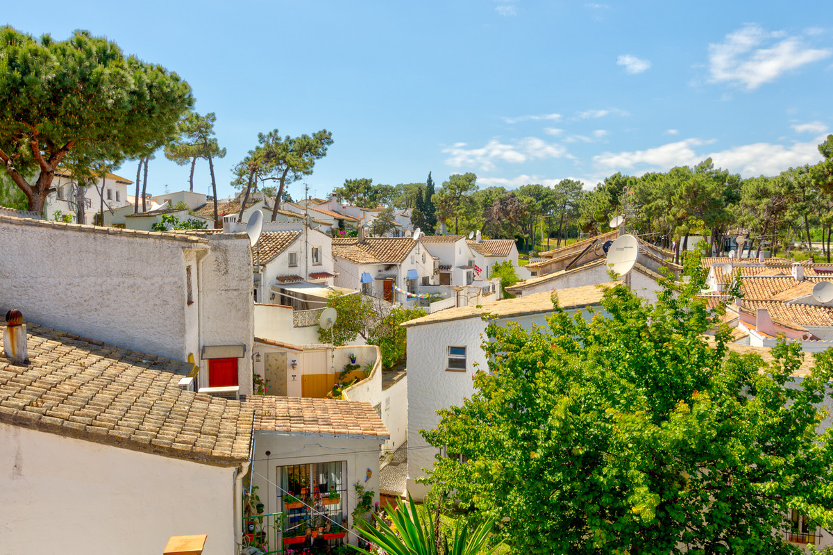 Beachside townhouse situated just a 10-minute walk to the beach and a 12 drive to Marbella. Ideally , Spain