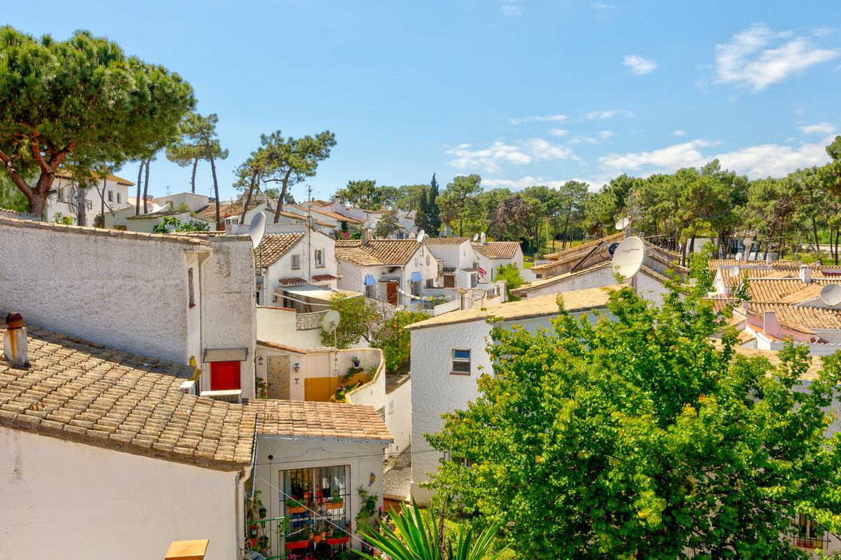 Marbella Banus Pareado en Venta en Las Chapas – R3633869